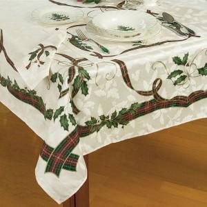 13 Stylish Tablecloths For Christmas